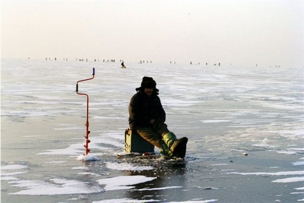 Ministry of Emergency Situations Warns Fishermen about Dangerous Thin Ice